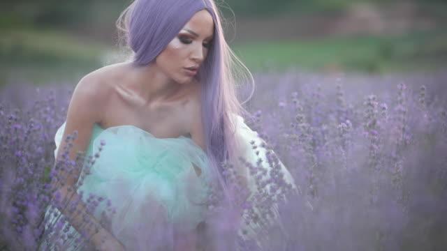 vídeos de stock e filmes b-roll de beautiful woman with purple hair at lavender field - só mulheres jovens