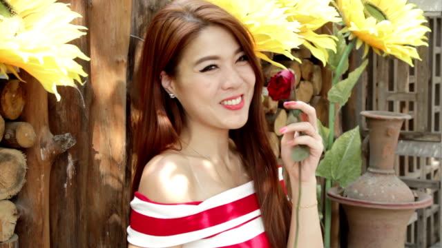 vídeos y material grabado en eventos de stock de bella mujer con sonrisa huele ramo de rosas - una rosa