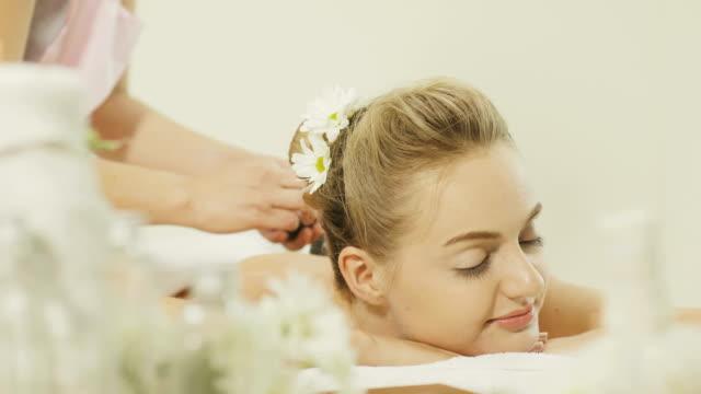 vidéos et rushes de belle femme avec pierre thérapie-massage de relaxation - pierre