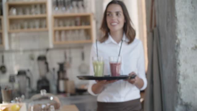 vidéos et rushes de jolie femme travaillant dans le café - une seule femme d'âge moyen