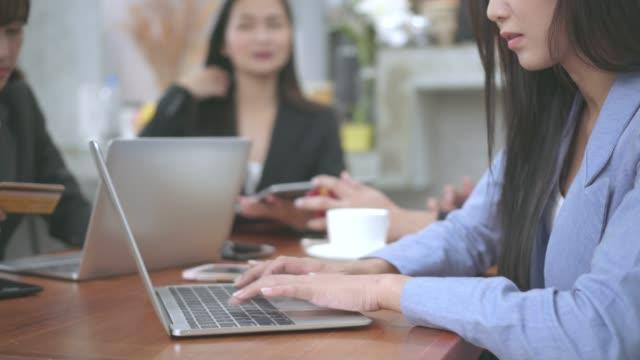 vídeos y material grabado en eventos de stock de mujer hermosa trabaja en un ordenador portátil mientras está sentado en el café en el momento de la reunión. - descanso para comer