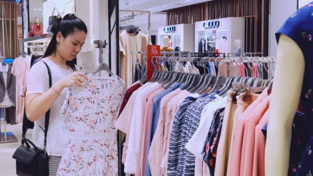 vídeos de stock e filmes b-roll de beautiful women are buying shoes and clothes in the department store. - viciado em compras