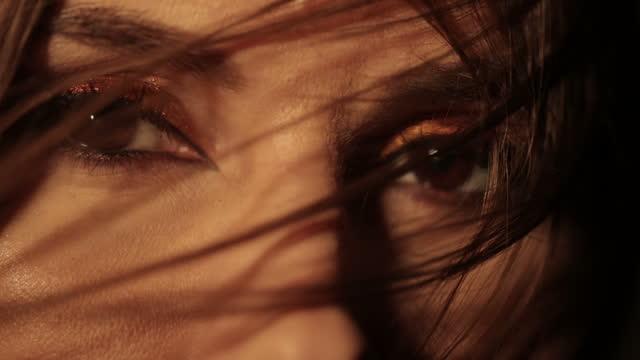 stockvideo's en b-roll-footage met mooie vrouwen bruine ogen - bruine ogen
