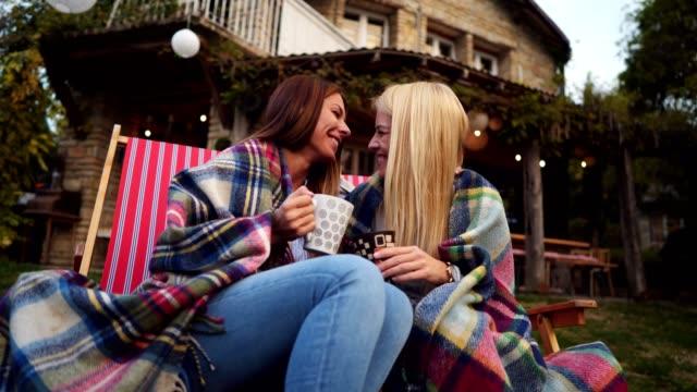 schöne frauen genießen kaffee am morgen im freien - lesbe lesben stock-videos und b-roll-filmmaterial