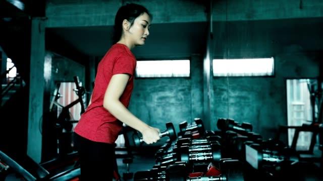 vídeos y material grabado en eventos de stock de hermosas mujeres para el ejercicio en el gimnasio, cámara lenta - press de banca