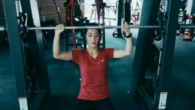 vídeos y material grabado en eventos de stock de hermosas mujeres para el ejercicio en el gimnasio - press de banca