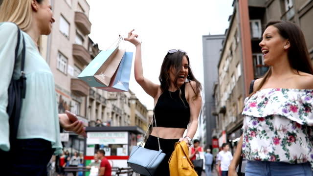 vídeos de stock e filmes b-roll de beautiful women having fun in the city after shopping - fazer compras