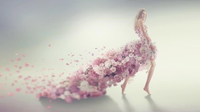stockvideo's en b-roll-footage met mooie vrouwen in bloem jurk - rok