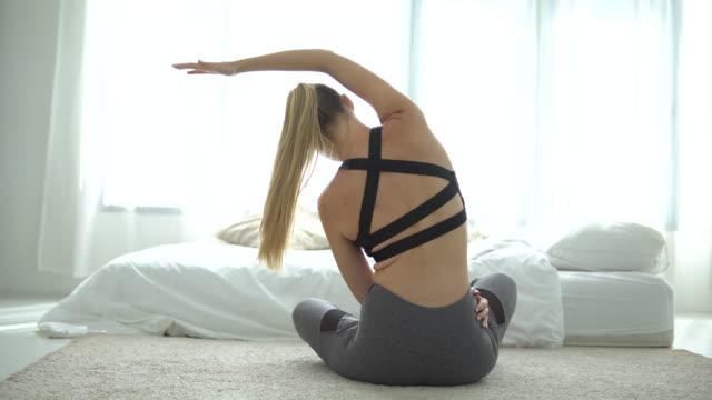 vídeos de stock e filmes b-roll de beautiful yoga woman at home - domestic room