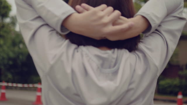 vídeos de stock e filmes b-roll de beautiful youjng woman running in the park - articulação humana