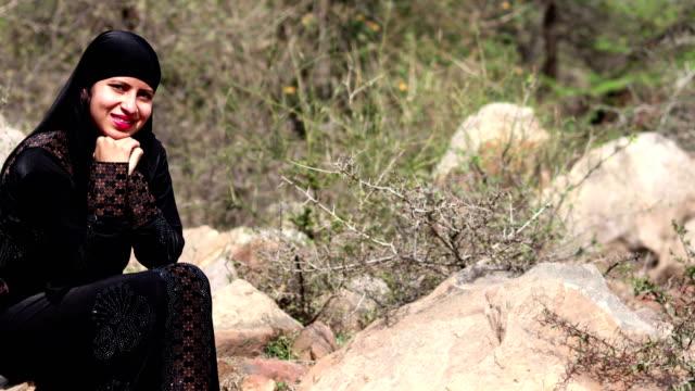 vídeos y material grabado en eventos de stock de hermosa joven árabe mujeres retrato - mano en la barbilla