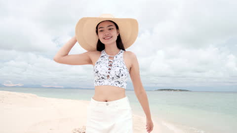 schöne junge asia frau zu fuß entlang am strand. - swimwear stock-videos und b-roll-filmmaterial