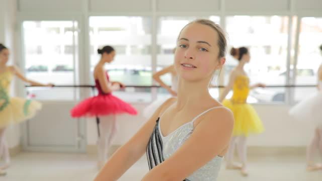 schöne junge ballett tänzerin mädchen - gymnastikanzug stock-videos und b-roll-filmmaterial