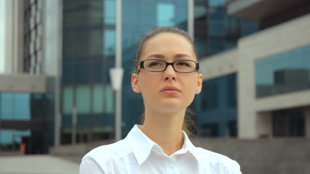 stockvideo's en b-roll-footage met beautiful young business woman with glasses in anticipation - videoportret
