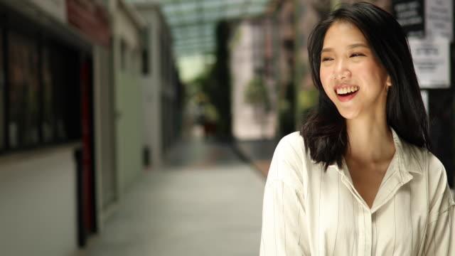 美しい若い中国人女性 - 歯を見せて笑う点の映像素材/bロール