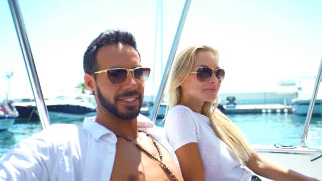 vidéos et rushes de beautiful young couple relaxed in yatch - couple d'âge moyen