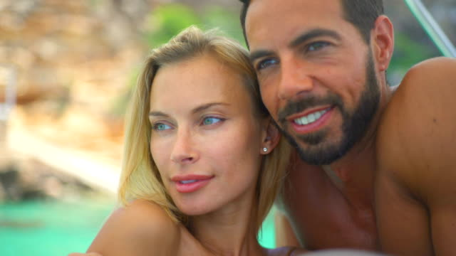 vídeos de stock, filmes e b-roll de beautiful young couple relaxed in yatch - olhos verdes