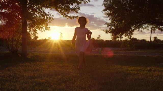 stockvideo's en b-roll-footage met prachtige etnische meisje spinnen in haar jurk buiten - zonnejurk