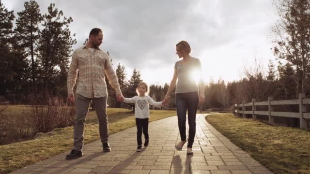 stockvideo's en b-roll-footage met mooie jonge gezin een wandeling - fatcamera