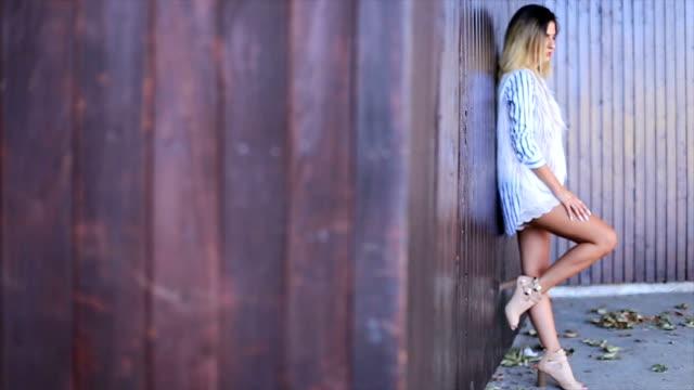 vidéos et rushes de belle jeune mannequin - cheveux bruns