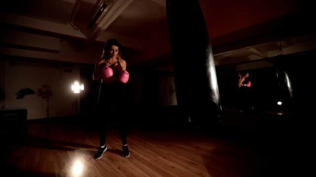 vídeos y material grabado en eventos de stock de hermosa joven boxeadora - guante de boxeo