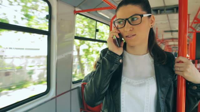 美しい若い女性に話す携帯電話にトレーン。