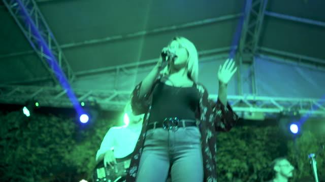 vidéos et rushes de belle jeune chanteuse chantant la vidéo de stock - art du spectacle