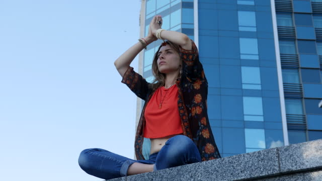 Schöne junge Mädchen beim Yoga in der Stadt