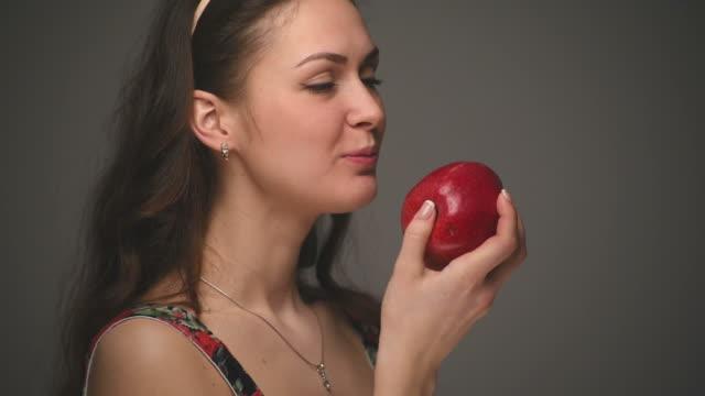 vidéos et rushes de belle jeune femme mange la pomme - pomme