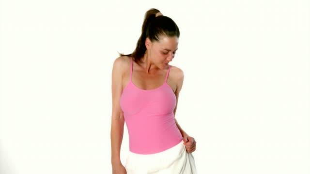 美しい若い女性ファッション モデル キャットウォーク スタジオでポーズをとる - 絵画モデル点の映像素材/bロール