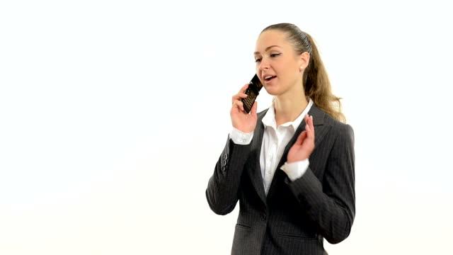 vidéos et rushes de jeune gestionnaire de parler sur un téléphone intelligent avec le client. - vidéo portrait