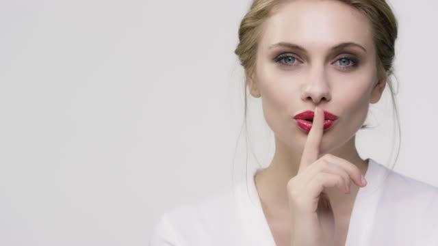 vacker ung kvinna mot vit bakgrund - skönhet och kroppsvård bildbanksvideor och videomaterial från bakom kulisserna