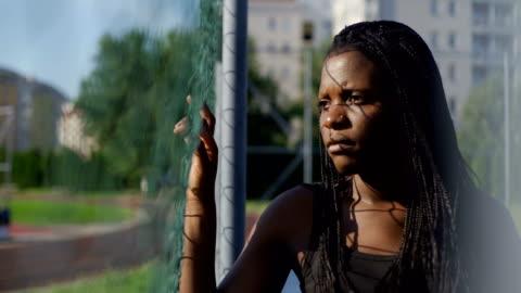 vidéos et rushes de belle jeune femme- protestation anti-racisme - injustice