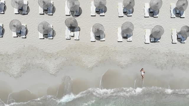 ビーチで若い女性の美しいドローン ビュー - 東ヨーロッパ民族点の映像素材/bロール