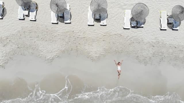 vídeos y material grabado en eventos de stock de hermosa mujer joven en la playa, vista del abejón - acostado