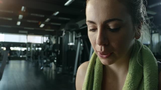 Vacker ung kvinna på gymmet