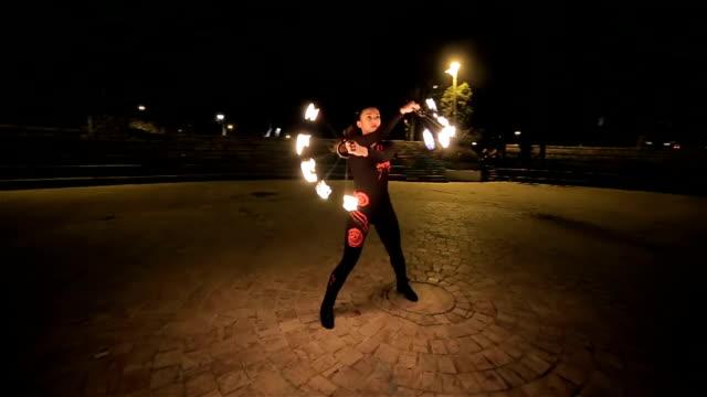 bella giovane donna che balla con il fuoco,camera stabilizzazione sparare - creatività video stock e b–roll
