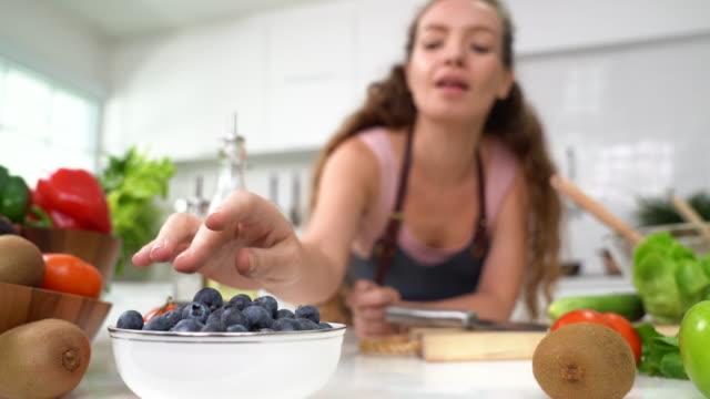 schöne junge frau essen heidelbeere - kochrezept stock-videos und b-roll-filmmaterial