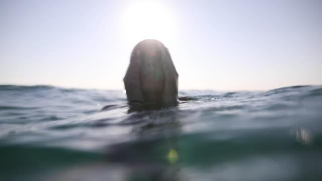 vídeos de stock, filmes e b-roll de mulher nova bonita que aprecia férias de verão - profundo