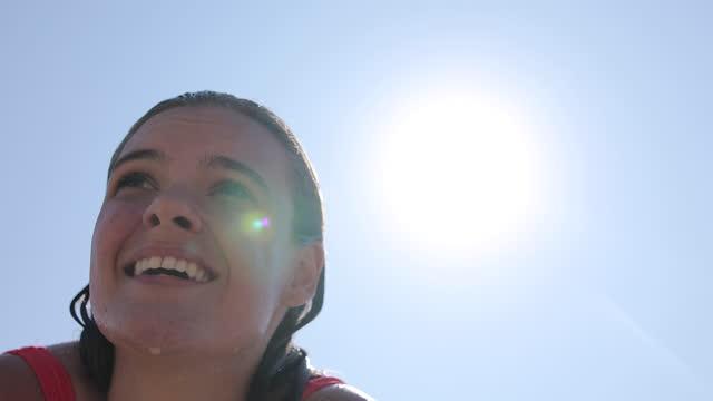 vidéos et rushes de belle jeune femme appréciant la plage - swimwear