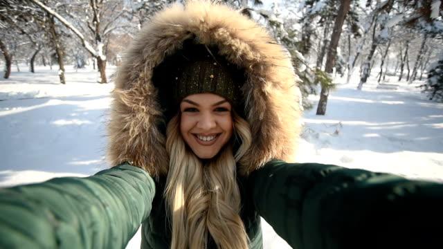 vídeos y material grabado en eventos de stock de una hermosa joven disfruta de un día soleado de invierno. - nevar