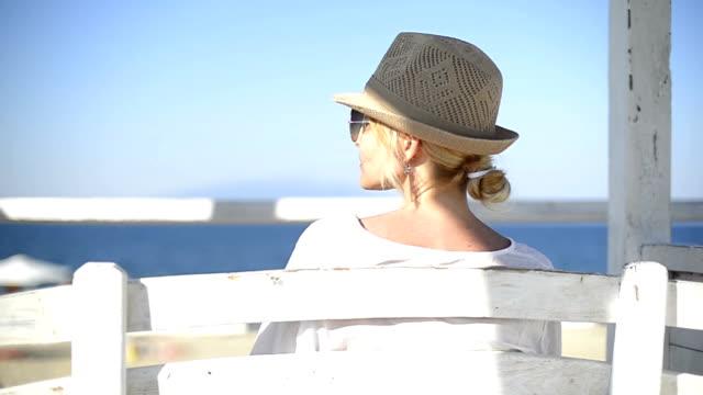 schöne junge frau genießt die sonne auf ihren urlaub - hut stock-videos und b-roll-filmmaterial