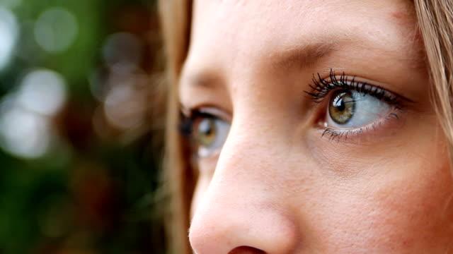 Bela jovem mulher de olhos
