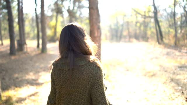 vídeos y material grabado en eventos de stock de hermosa mujer joven en el parque otoño - espalda humana