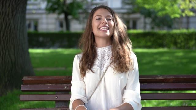 カメラで紹介美しい若い女性 - 振る点の映像素材/bロール