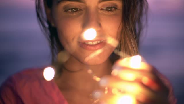 vídeos de stock, filmes e b-roll de cu beautiful young woman looking at lights - curiosidade