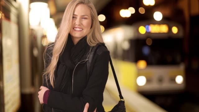 vídeos de stock e filmes b-roll de beautiful young woman missing the train due to camera man distraction - só uma rapariga