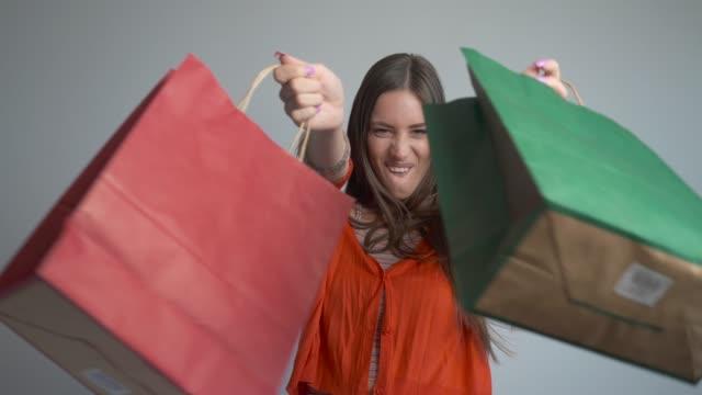 vacker ung kvinna på en shoppingrunda. - bärkasse bildbanksvideor och videomaterial från bakom kulisserna