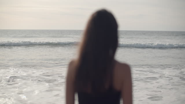 vídeos y material grabado en eventos de stock de rv beautiful young woman on the beach - vista posterior
