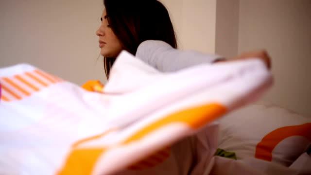belle jeune femme sur le lit à la maison